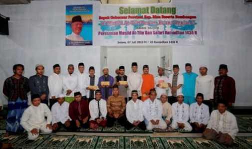 Gubernur Berikan Bantuan di 3 Masjid