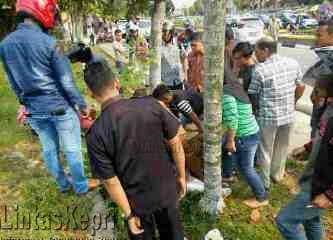 Dua Siswi Terkapar Setelah Tabrak Rambu Jalan Didepan Sekolah Pelnus