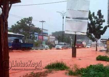 """Hujan 2 Jam, Jalan DI Pandjaitan Berubah Menjadi """"Sungai"""""""