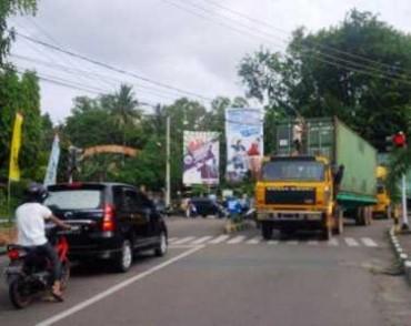 Diduga Tanpa pengawalan dua Unit Truk kontainer Melintas Di Jalan Wiratno