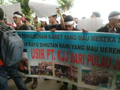 Demonstran Minta DPRD Kepri Tolak PT KJJ