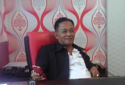 Dirut BUMD Kota Tanjungpinang, Asep Nana Suryana diruang kerjanya, Selasa (20/9).
