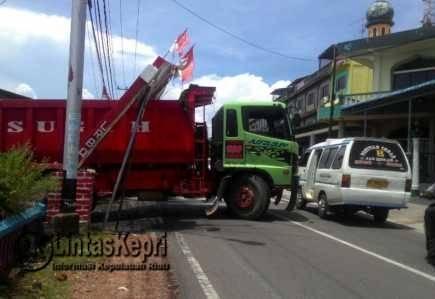 Dihajar Dum Truk, Gapura Lorong Bali Roboh