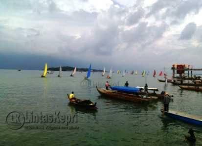 Diterpa Angin Kencang, Sampan Layar Peserta Sail Karimata Tenggelam