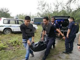 Petugas dari TNI AL dan SAR saat mengevakuasi jenazah korban speed boat yang tenggelam di perairan Malaysia beberapa hari yang lalu.