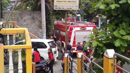 Mobil Pemadam Kebakaran terlihat dilokasi kejadian.