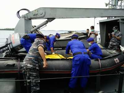 Petugas dari unsur TNI dan Polisi saat mengevakuasi penemuan mayat di perairan Bintan.