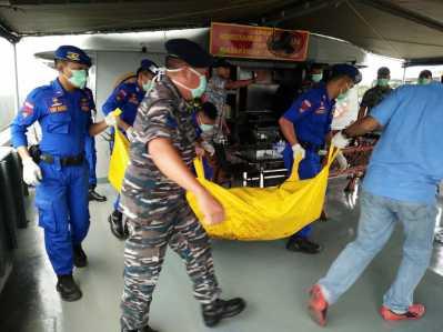 Petugas dari unsur TNI dan Polisi saat mengevakuasi penemuan mayat di Bintan.