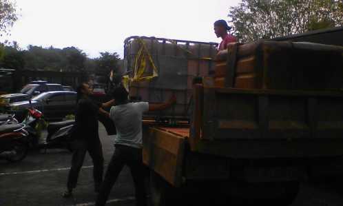 Polisi saat mengamankan solar di Mapolres Tanjungpinang.