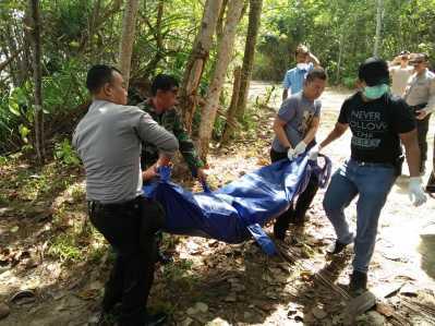 Petugas Polisi dan TNI saat mengevakuasi penemuan jenazah di Bintan.
