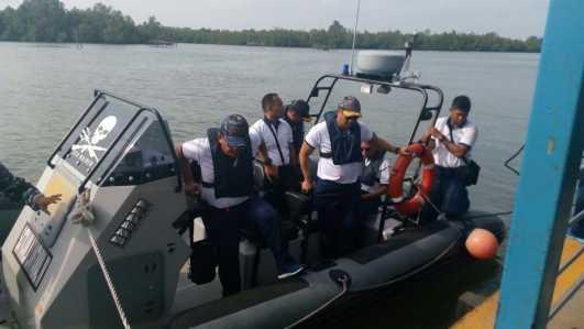 Danlantamal IV Tanjungpinang, Laksamana Pertama TNI AL S irawan saat patroli di perairan Sei Carang dan mengunjungi situs Kerajaan Riau-Johor-Pahang-Lingga (Kota Raja/Kota Lama)