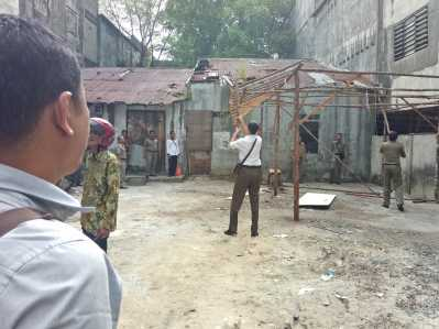Lapak di Pelantar KUD yang terindikasi untuk judi cingkoko di bongkar Satpol PP Tanjungpinang.