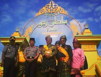 Kapolri Jenderal Tito Karnavian saat foto bersama dengan Gubernur Kepri Nurdin Basirun, Walikota Tanjungpinang Lis Darmansyah, dan pejabat terkait didepan Masjid Sultan Riau Pulau Penyengat, Sabtu (21/1).