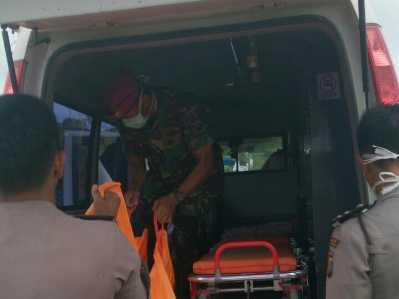 TNI AL bersama Polisi saat mengevakuasi penemuan mayat di pantai Bintun Senggiling Kecamatan Teluk Sebong Kabupaten Bintan, Rabu (25/01).