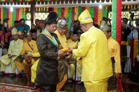 Kapolri saat menerima gelar Dato' Perdana Satria Wangsa dari Perhimpunan Agung Zuriat dan Kerabat Kerajaan Riau Lingga di Pulau Penyengat, Sabtu (21/1).