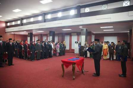Walikota Tanjungpinang Lis Darmansyah saat melantik dan mengukuhkan 117 pejabat eselon IV (pejabat pengawas) di Pemerintahan Kota Tanjungpinang, Jumat (27/1), bertempat di Aula Lantai III Kantor Walikota, Senggarang.