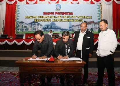 Ketua DPRD, Jumaga Nadeak dan Gubernur Kepri, Nurdin saat menandatangani pengesahan APBD kepri 2017.