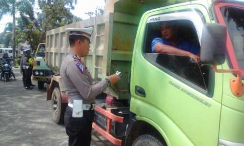 Petugas Satlantas Polres Tanjungpinang saat mengecek kelengkapan surat berkendara sebuah truk/lori.