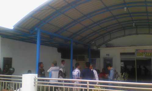 Belasan Nelayan Tanjungpinang, berbondong-bondong mendatangi Kantor Kesyahbandaran dan Otoritas Pelabuhan (KSOP) Tanjungpinang, Selasa (7/2) siang.
