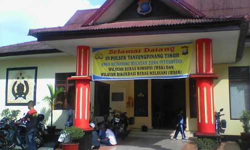 Terlihat belasan buruh bangunan menunggu pemeriksaan di Polsek Tanjungpinang Timur.
