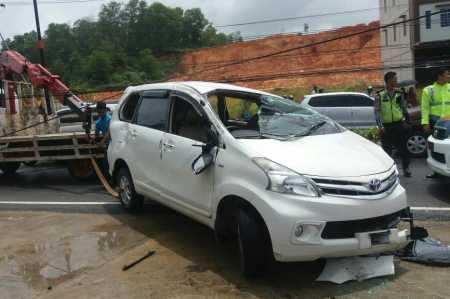 Avanza Putih BP 1999 TL menghantam tiang Telkom di Jalan DI Panjaitan tepatnya didepan pabrik Teh Prendjak Km 8, Minggu (12/2).