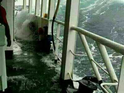 Situasi saat Kapal Roro Tujuan Tanjung Uban-Batam diterjang cuaca buruk, Senin (13/2). Foto : Istimewa.
