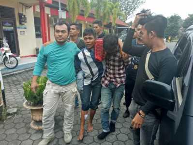 Khadirun dan Rudi Chandra yang merupakan rekan Prayoga alias David Palembang saat diamankan.