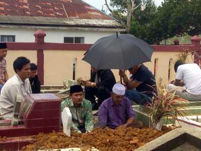 Almarhum Prayoga saat dimakamkan di TPU Km 7 Kota Tanjungpinang, Rabu (15/2) siang.