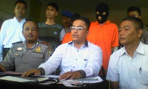 Tersangka MS saat dihadapkan oleh Polisi pada konferensi pers di Mapolsek Bukit Bestari, Senin (20/2).