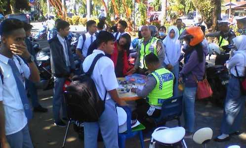 Puluhan pelajar Tanjungpinang terjaring razia Satlantas Polres Tanjungpinang di lapangan Pamedan A Yani, Senin (20/2).