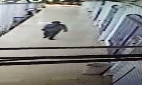 Pelaku saat keluar dari salah satu ruangan di DPRD tanjungpinang yang terekam CCTV.