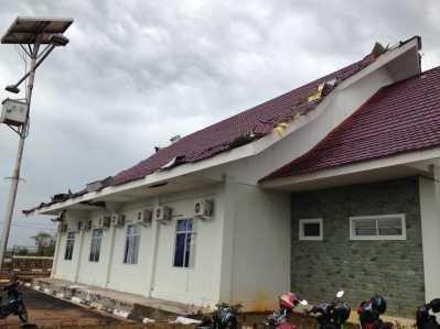 Salah satu bangunan perkantoran di Rumah Penampungan WNI MKPO yang terlihat rusak pasca diterjang Angin Puting Beliung.