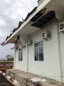 Salah satu bangunan perkantoran di Rumah Penampungan WNI MKPO Km 14 Senggarang yang terlihat rusak pasca diterjang Angin Puting Beliung, Kamis (23/2).