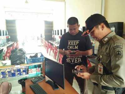 Satpol PP bersama Polsek Tanjungpinang Pinang Timur saat menertibkan dua warnet di Jalan Bandara Raja Haji Fisabilillah yang meresahkan warga.