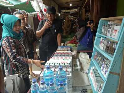 Ketua Komisi II DPRD Tanjungpinang, mimi Betty saat Inspeksi Mendadak (sidak) ke Pasar Kota Lama Tanjungpinang, Senin (27/2) siang.