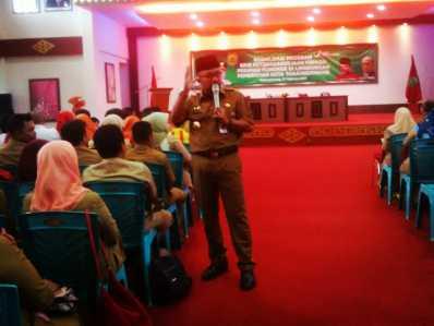 Walikota Tanjungpinang, Lis Darmansyah saat menjelaskan manfaat program BPJS di acara Sosialisasi BPJS ketenagakerjaan di Gedung PKK Senggarang, Tanjungpinang, Senin (27/2).
