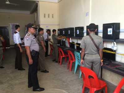 Satpol PP bersama Polsek Tanjungpinang Timur saat memasang Police Line di warnet seputaran Jalan Bandara Raja Haji Fisabilillah (RHF) karena tak melengkapi izin operasional, Senin (27/2).