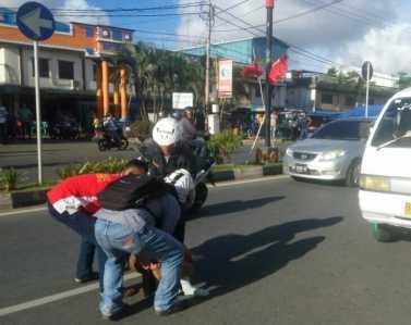 pengendara sepeda motor mio , Syaiful (22) dengan nomor polisi BP 4894 QT terplanting di jalan, Senin (27/2) sore.