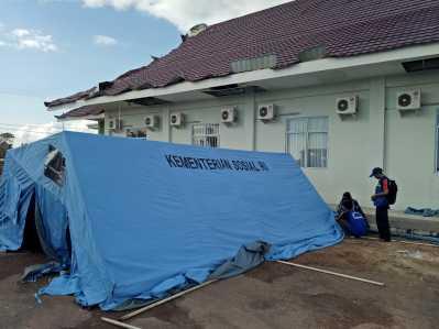 Petugas Tagana Kepri terlihat memasang tenda darurat pasca angin puting beliung menerjang RPTC Jalan Sei Timun Senggarang Kota Tanjungpinang, Kamis (23/2) siang.