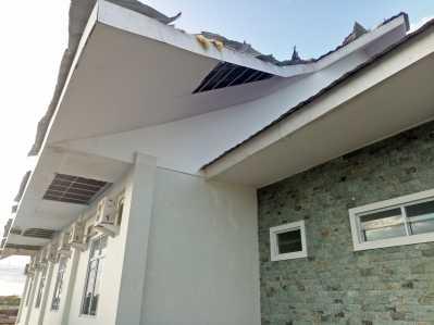 Bangunan Perkantoran Rumah Perlindungan Trouma Centre (RPTC) Senggarang, Kota Tanjungpinang, Terlihat Rusak Pasca Diterjang Angin Puting Beliung, Kamis (23/2) Siang.
