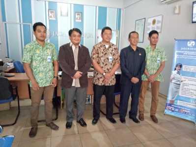 Wakil Ketua I, Ade Angga dan Anggota Komisi I, DPRD Tanjungpinang, Simon Awantoko saat foto bersama pihak Asuransi Jasa Raharja, Jumat (24/2).