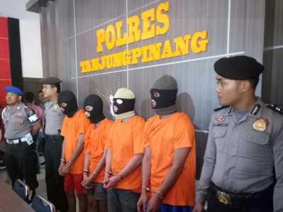Empat tahanan yang melarikan diri saat dihadapkan didepan para awak media saat konferensi pers.