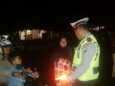 Anggota polisi saat menanyakan kelengkapan surat berkendara kepada salah satu pengendara, Sabtu (4/2)