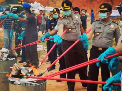 Pemusnahan dilakukan oleh instansi terkait mulai dari Bea Cukai, Kepolisian, TNI, Kejaksaan, Imigrasi, Kemenkumham dan Perwakilan Pemko Tanjungpinang.