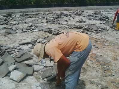 Terlihat salah satu pekerja sedang melakukan pembongkaran paving blok yang rusak di taman Laman Boenda.
