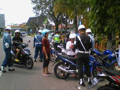 Razia gabungan Satlantas bersama Polisi Militer TNI AD, AU dan AL Tanjungpinang, Minggu (13/2) di Bundaran Lapangan Pamedan Ahmad Yani.