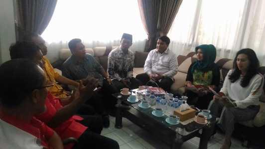 Anggota DPRD Tanjungpinang saat berbincang mengenai pemasangan jaringat internet untuk sekolah sebagai sarana penunjang bagi dunia pendidikan.