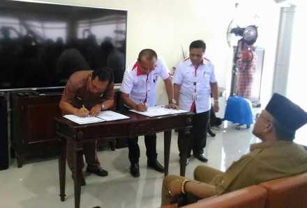 GM Pelindo I cabang Tanjungpinang, I wayan Wirawan saat menandatangani kerjasama dengan BUMD Tanjungpinang yang ditandatangani Dirut Asep Nana Suryana disaksikan langsung Walikota Tanjungpinang Lis Darmansyah, Senin (6/3).