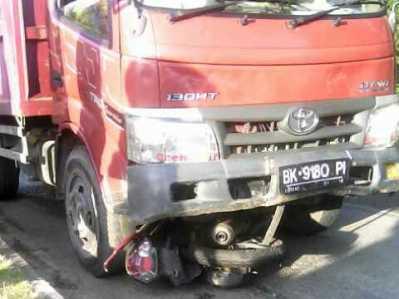 Lakalantas antara lori Toyota Dyna bernomor polisi BK 9180 PI dan sepeda motor Yamaha Mio Soul bernomor polisi BP 5448 TJ, Sabtu (11/3).