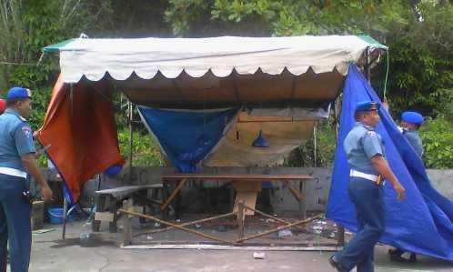 Anggota POMAL saat membongkar Lapak Judi Cingkoko di Suka Berenang.